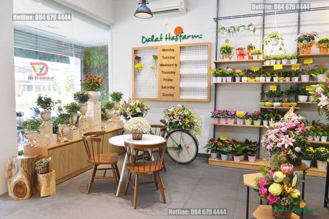 Trang trí các phụ kiện thêm cho showroom hoa tươi